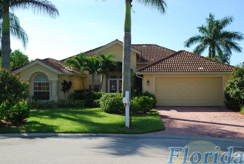 Lakefront vacation home in top condition in the Briarwood community in Naples