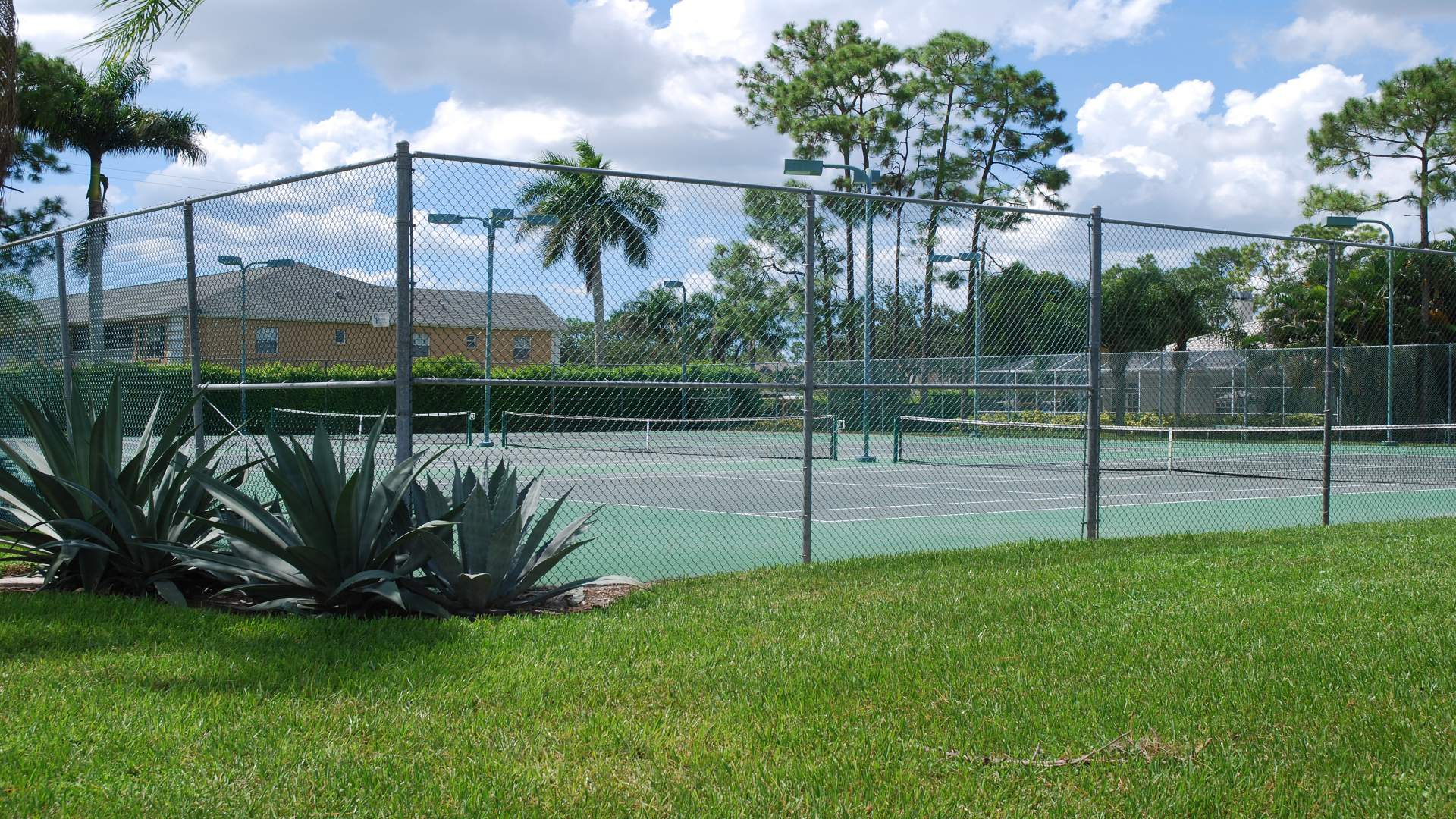 no charge fo to play on this tennis courts for owners and renters of the community